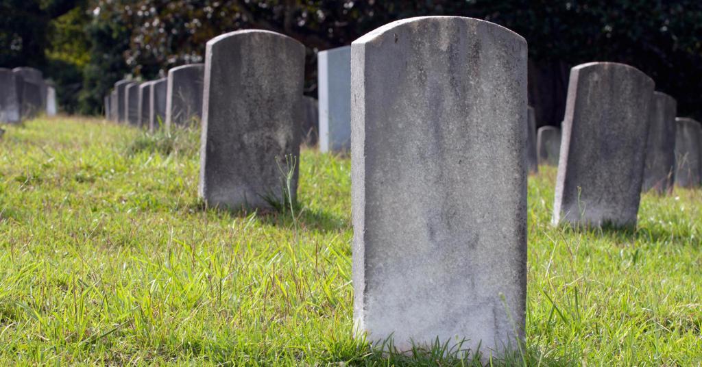 К чему снится могила живого человека?