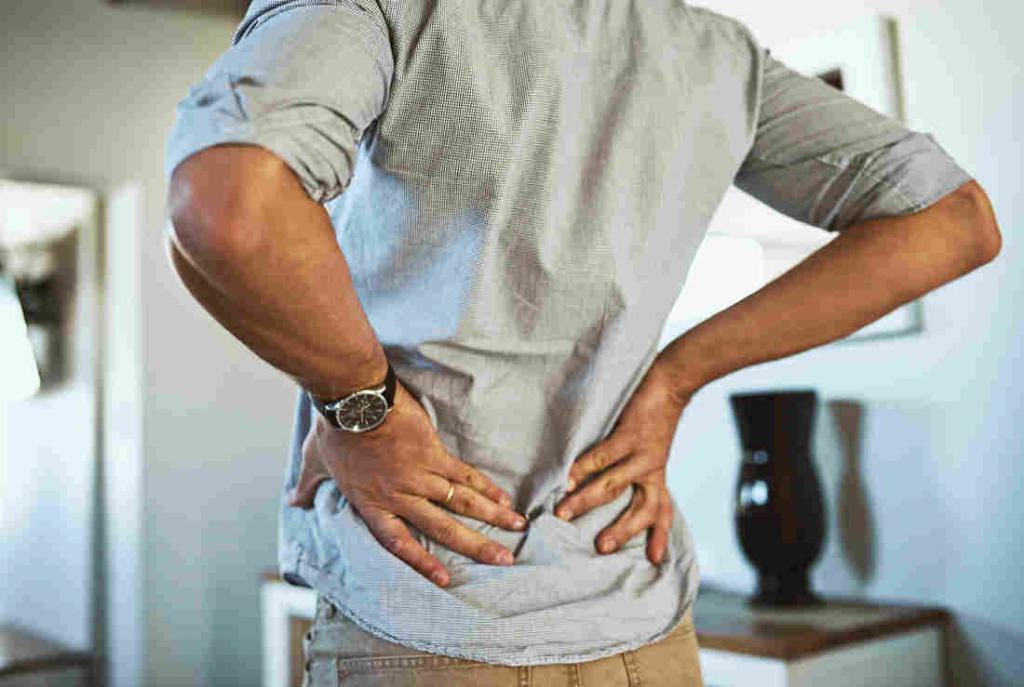 Боль под ребрами слева сзади со спины