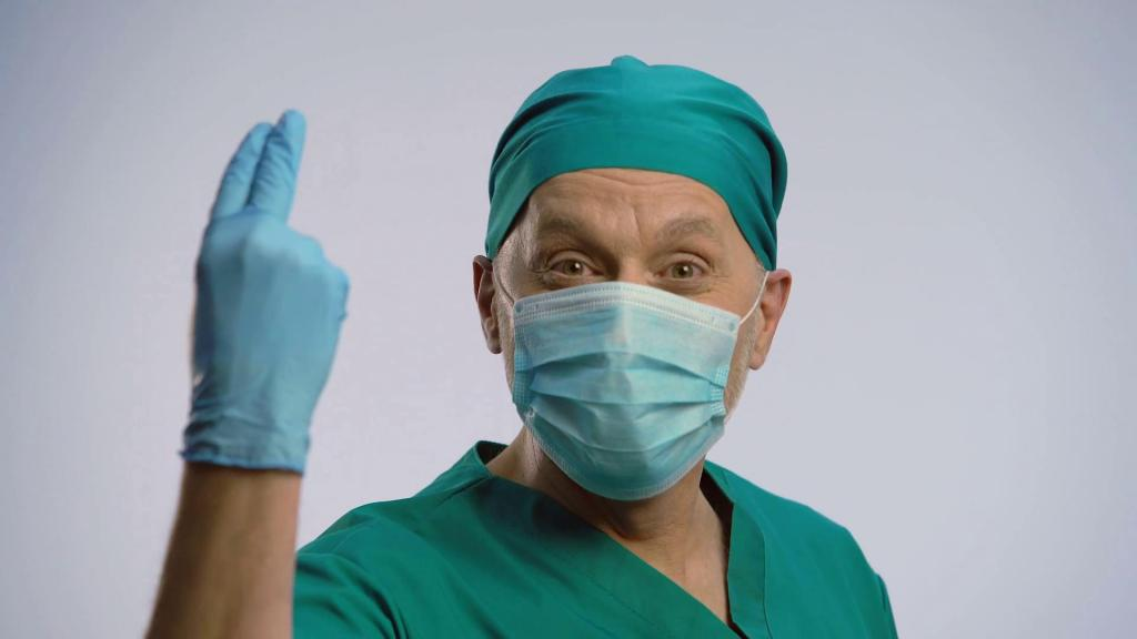 Врач проктолог в перчатках.