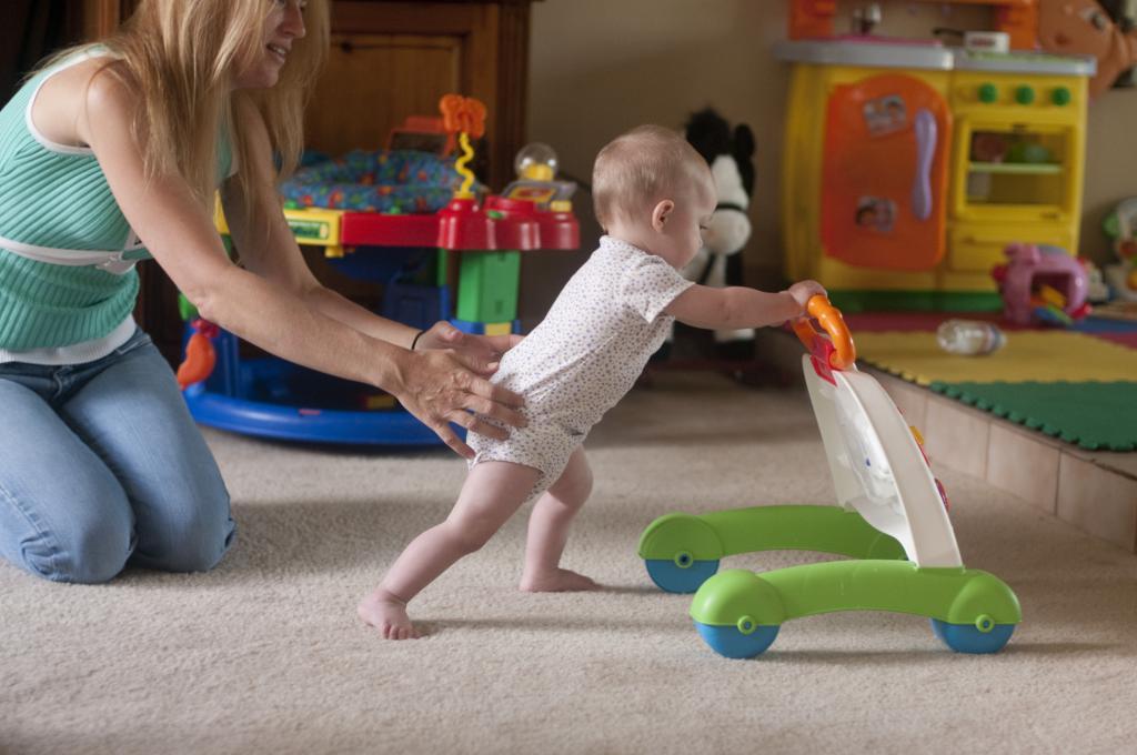 ребенку год и месяц не ходит самостоятельно
