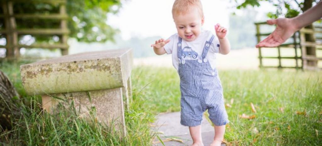 как научить ребенка в год ходить самостоятельно