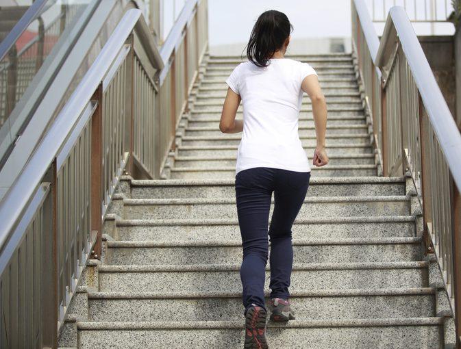щелкает в колене при подъеме по лестнице но боли нет