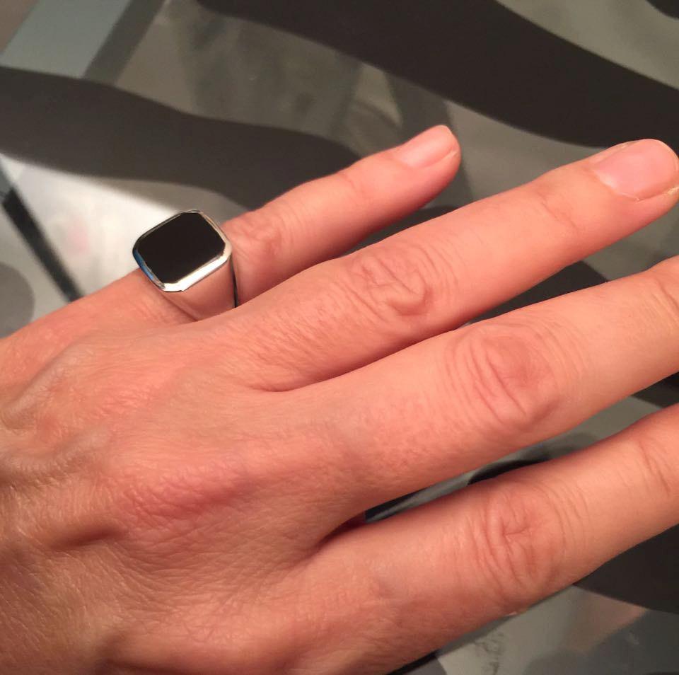 Кольцо на пальце мужчины