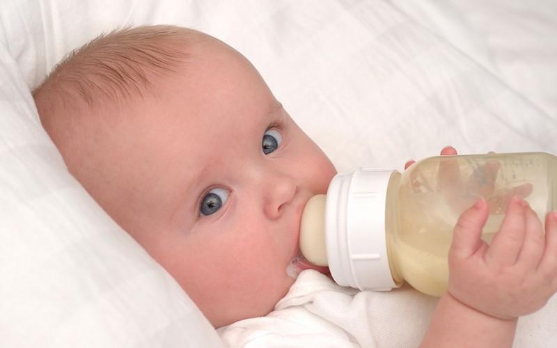Малыш и молочная смесь