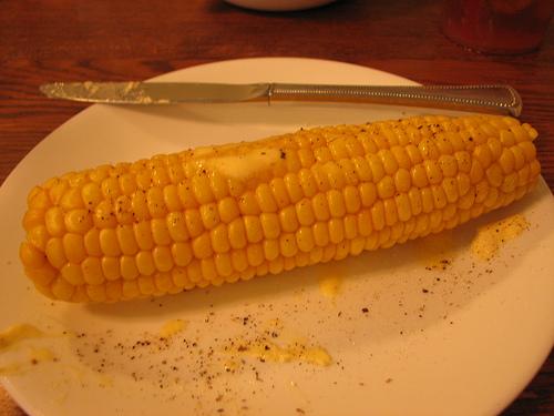 Вареная кукуруза с маслом.