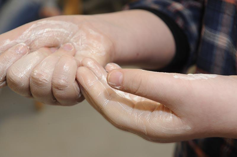 Намазывание рук кремом