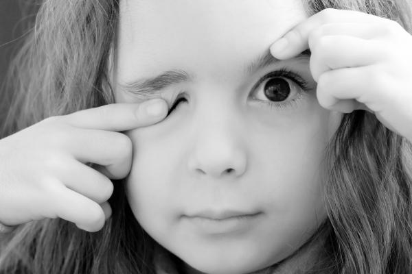дергается глаз у ребенка