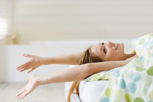 девушка лежит на кровате