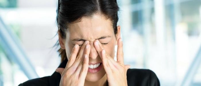 после сна болит левый глаз