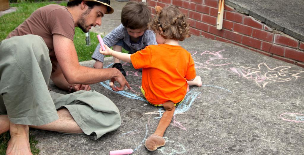 Играющий с детьми отец