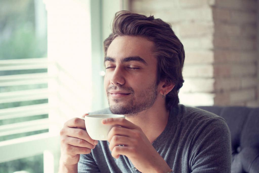 Мужчина пьет чай