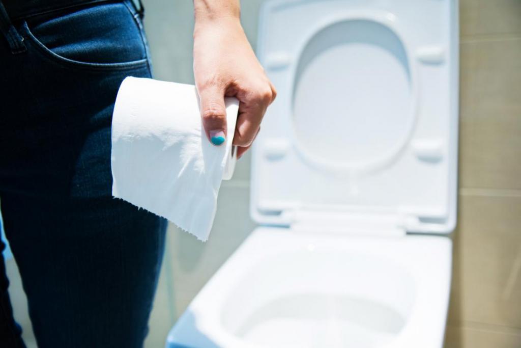 девушка держит туалетную бумагу