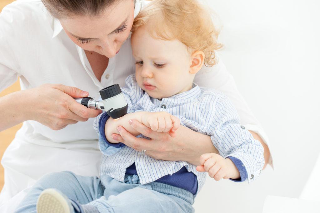 Осмотр у детского дерматолога