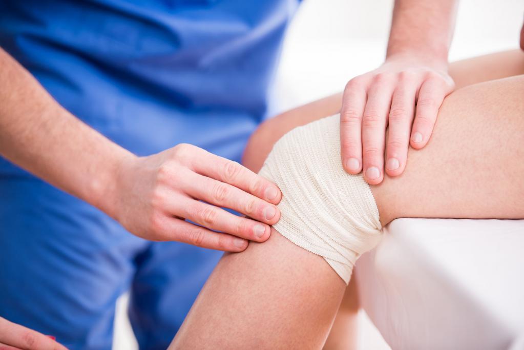 К какому врачу обращаться если опухло колено и болит thumbnail