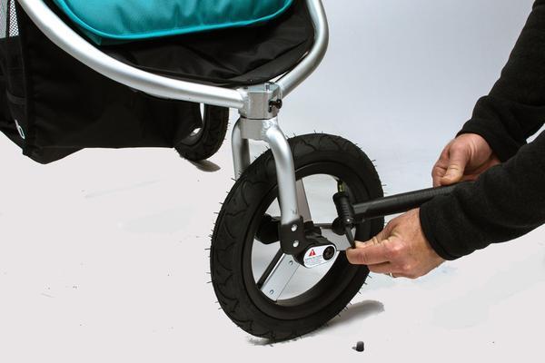 как накачать колеса на детской коляске