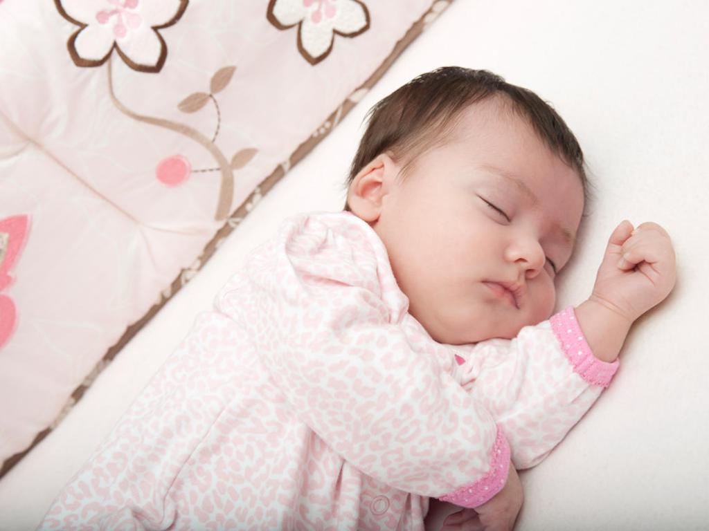 поза сна новорожденного ребенка