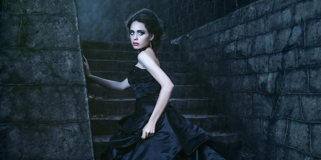 Мрачное фото женщины в черном