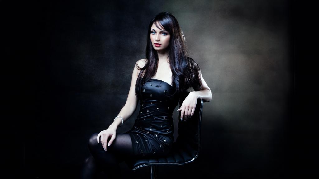 Красивая молодая женщина в черном