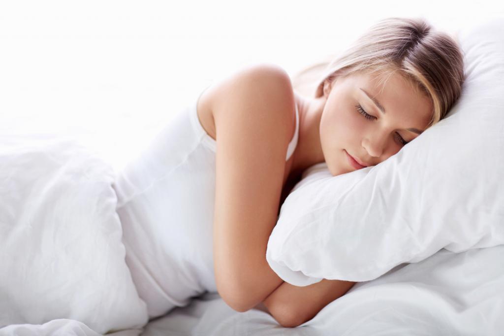 Спящая девушка видит сон