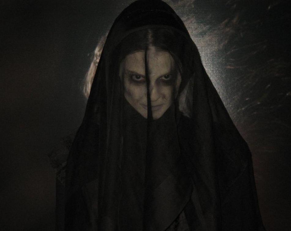 Страшная женщина в черном