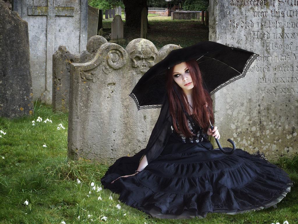 Молодая вдова на кладбище