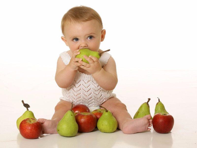 Малыш грызет фрукты
