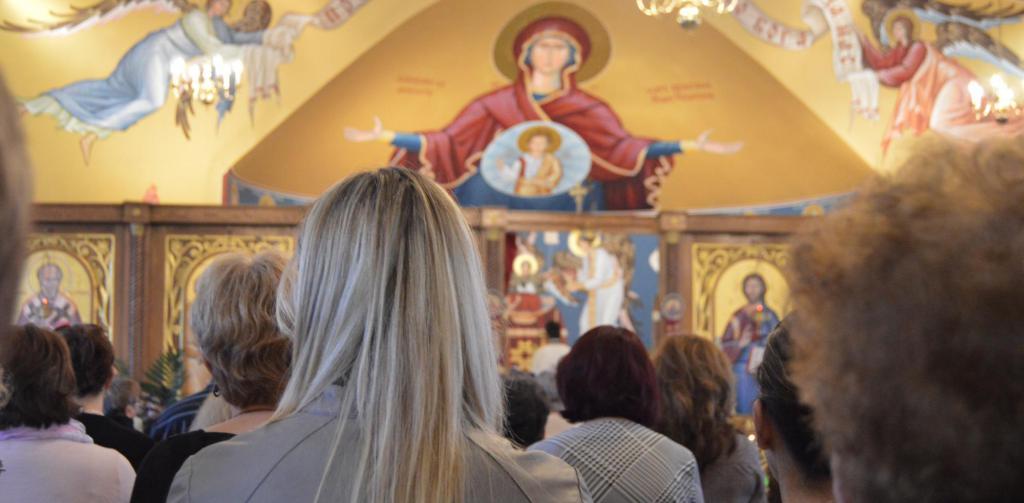 Люди в храме