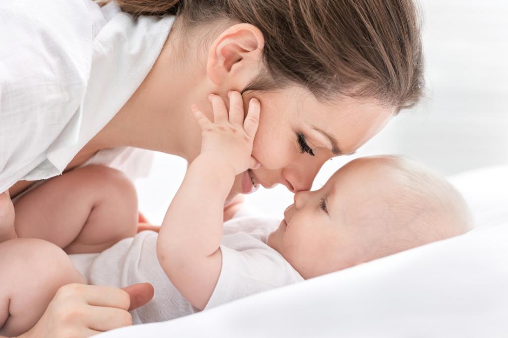 Мама общается с малышом