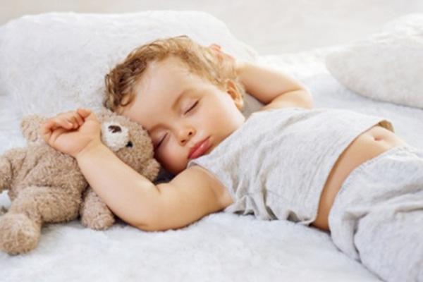 Подросший ребенок спит в дневной сон