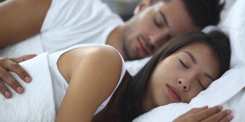Спит женщина