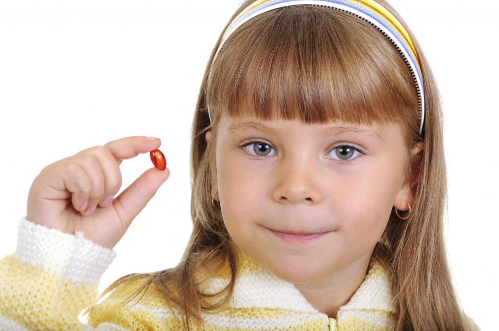 Ребенок держит капсулу