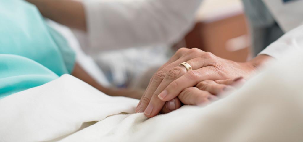 Рука доктора на руке пациента