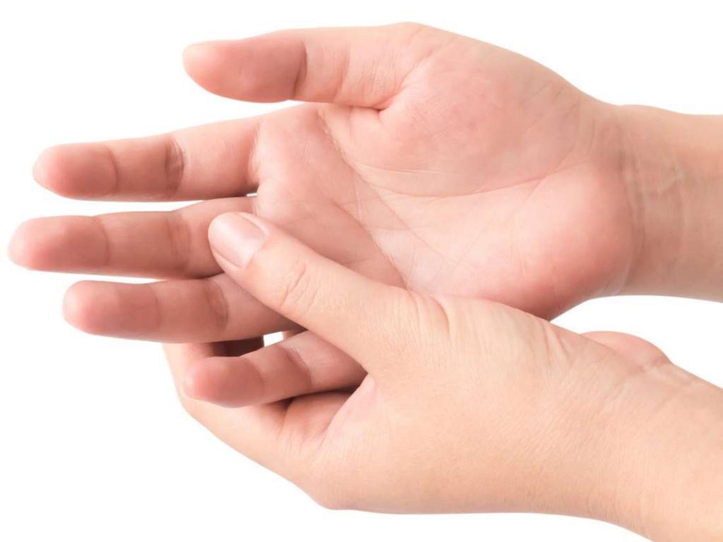 трескается кожа между пальцами рук
