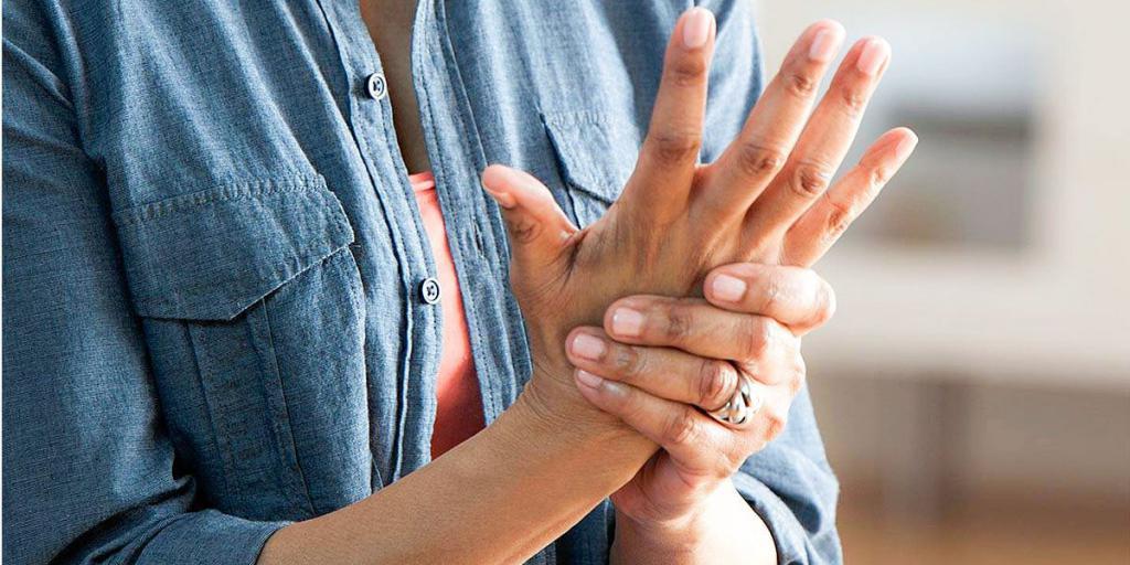 посинел и болит палец на руке