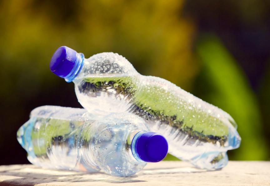 Пластиковая бутылка с водой в машине: почему она может ...