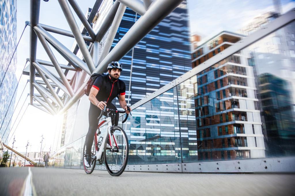 Почему на работу полезно добираться пешком или на велосипеде: полезные преимущества