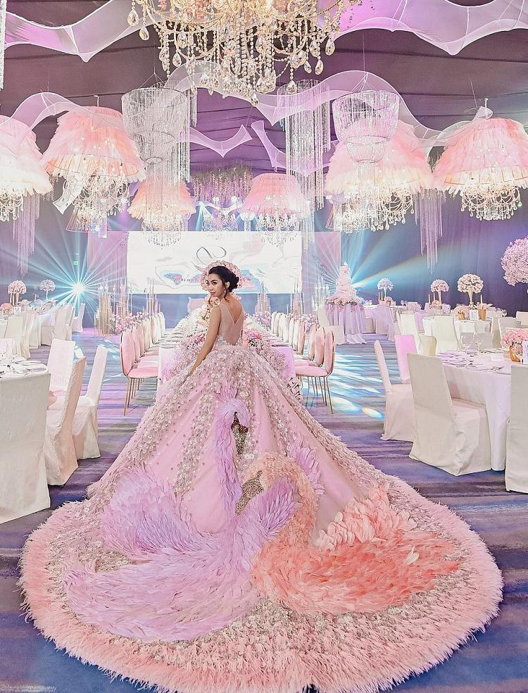 Девушка устроила вечеринку своей мечты на 18-летие: за вечер она сменила несколько потрясающих платьев, в которых выглядела как королева