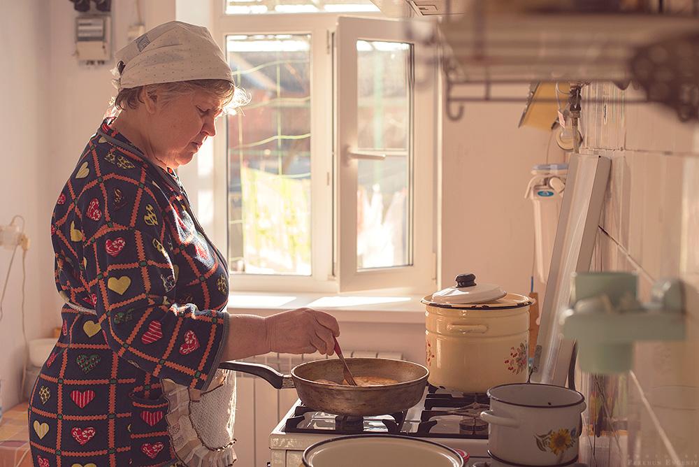Картинка бабушки на кухне