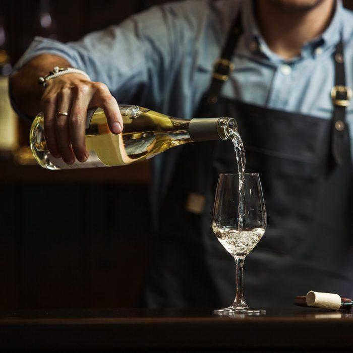 Оказалось, я всю жизнь пила некоторые напитки неправильно: знакомый сомелье рассказал, какие вина нужно медленно потягивать. Pinot Grigio, Merlot и не только