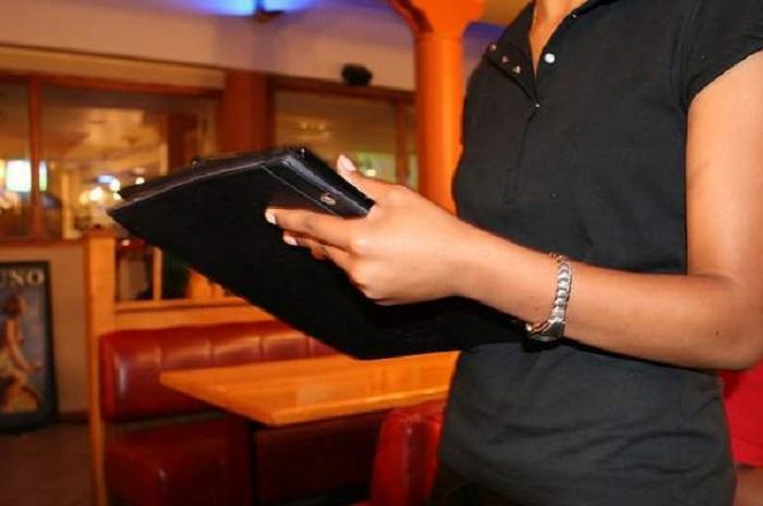 Официантка неохотно обслужила мальчика: после его ухода она не сдержала слез