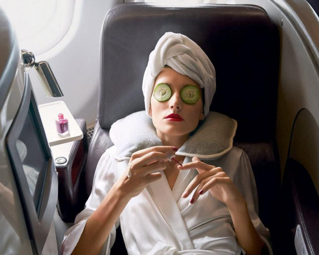 Выщипывание бровей, бритье, полоскание рта, уход за ногтями: чем еще неприлично заниматься в салоне самолета