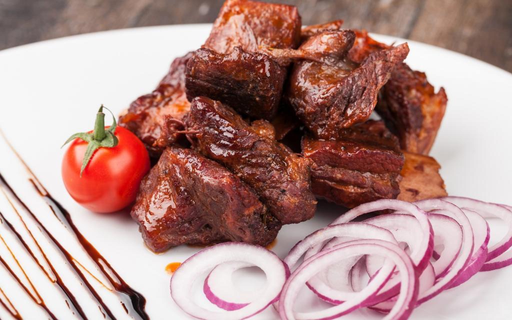 Друг, работающий шеф-поваром, рассказал, в каком маринаде даже самое жесткое мясо становится нежным и сочным