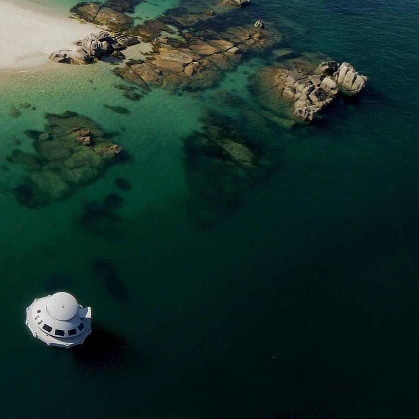 Вдохновленный Джеймсом Бондом: автономный и экологически чистый дом на воде