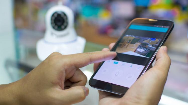 Ваш мобильный телефон - магнит для киберпреследователей и хакеров. Контроль за софтом и его регулярное его обновление минимизирует эту проблему