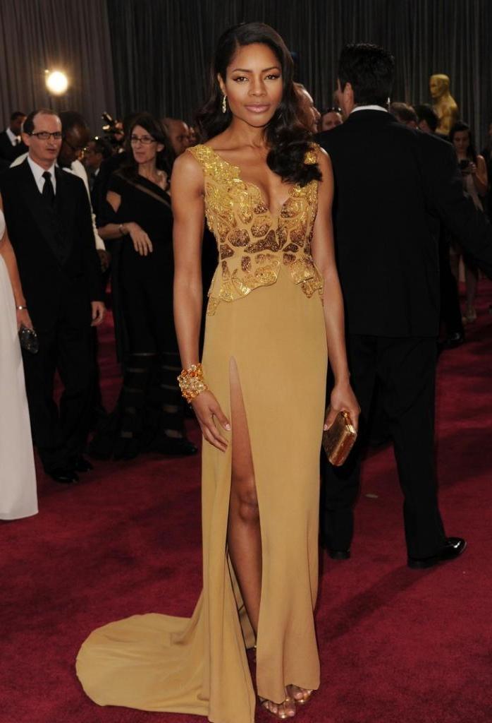 Знаменитое золотистое платье Мерил Стрип изготовлено из старых пластиковых бутылок и сумок. Этот и другие наряды звезд, которые в буквальном смысле спасают мир