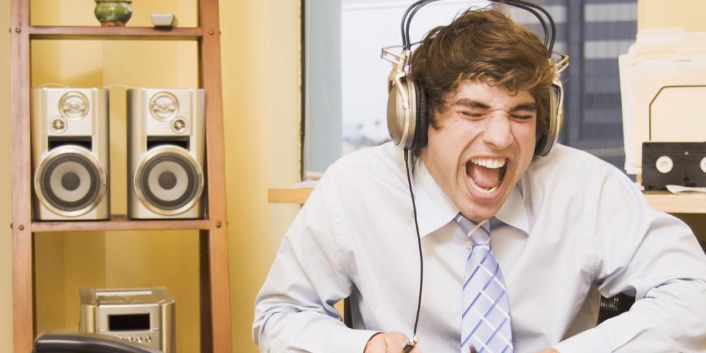 Джаз, рэп или классика: что слушать на рабочем месте? Ученые выяснили, как фоновая музыка влияет на проявление творческих способностей и решение рабочих задач