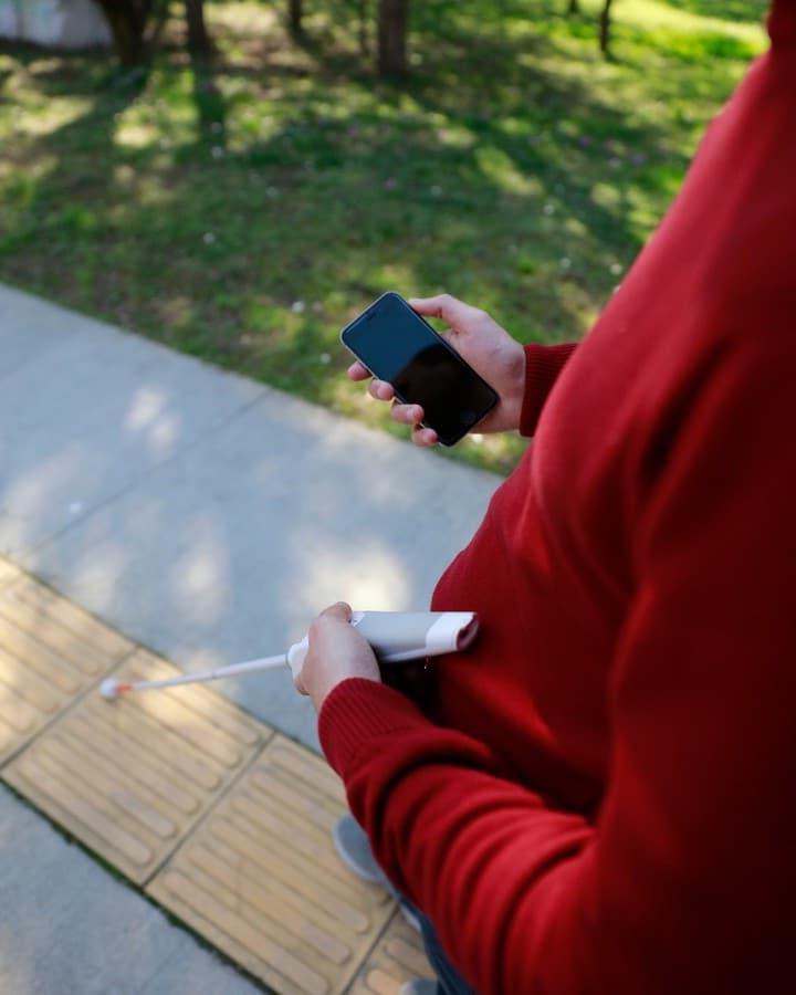 Инновационная смарт-трость: она включает в себя Google Maps для облегчения навигации