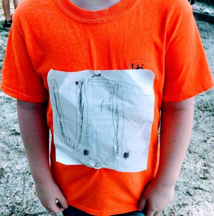 Мальчик оригинальным способом украсил футболку символикой университета. Его дизайн решили сделать официальным
