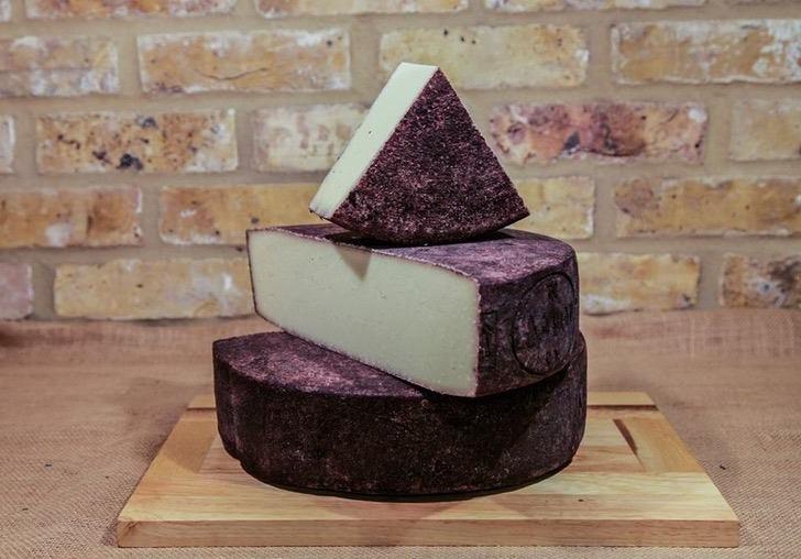 Два удовольствия в одном флаконе: сыр, пропитанный вином и виноградной мякотью
