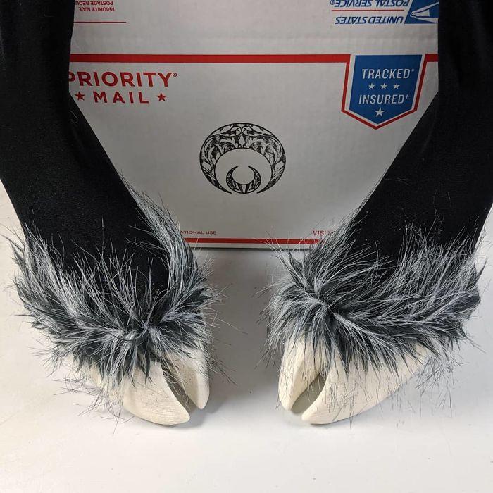 Косплеер создает необычную обувь в форме копыт: результат впечатляет пользователей Сети (фото)